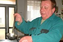 Miroslav Maisner nad čerstvou pálenkou.