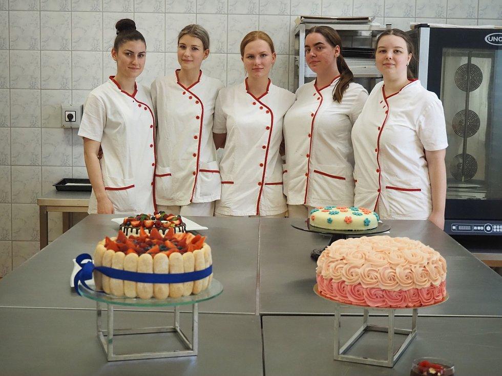 Ve dnech od 1. až 4. června se konaly praktické závěrečné zkoušky oboru cukrář. K této životní zkoušce bylo připraveno jedenáct děvčat.