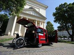 Na nové auto charita sehnala přes půl milionu korun. Má i plošinu pro vozíčkáře.