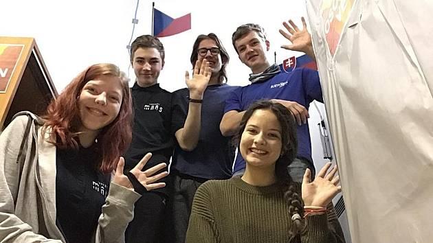 Posádka simulovaného letu. Zleva: Veronika Danadová, Sára Klimentová, Oto Ulrich, Miroslav Kořínek a Josef Lát.