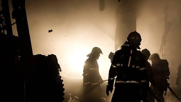 Škodu okolo 1,5 milionu korun způsobil v noci na středu požár haly se zemědělskou technikou v Hlubočanech na Vyškovsku. Zasahovalo u něj skoro 90 hasičů z 10 jednotek.
