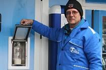 Dlouhá fronta se vytvořila před Agrodomem ve Vyškově. Zemědělská společnost Agros Vyškov-Dědice tam rozdávala dvě stovky litrů mléka zadarmo, a to u příležitosti otevření prvního mlékomatu na Vyškovsku.