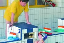 Plavecký trenér Petr Jakubčík (na snímku) dává povely svým svěřencům. Ti se zrovna  v bazénu věnují rozplavání a korzují z jedné strany na druhou.