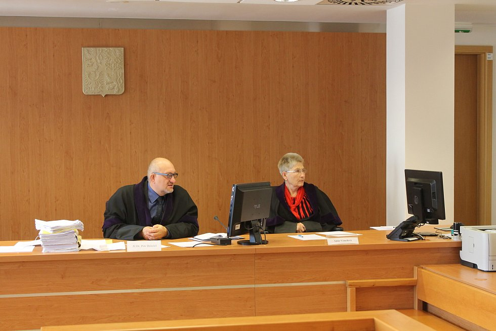 Okresní soud ve Vyškově vynesl v pondělí rozsudek v kauze Borise Trávníčka, na kterého před šesti lety spadl při exkurzi náhrobní kámen na židovském hřbitově v Rousínově.