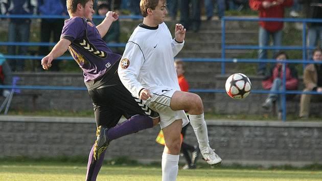 Koleno do zad Martina Ličky dokladuje, že fotbal v podání hráčů Vrchoviny pořádně bolel.
