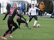 V přípravném utkání na domácí umělé trávě remizovali fotbalisté MFK Vyškov (v bílých dresech) s druholigovým MFK Frýdkem-Místkem 1:1.