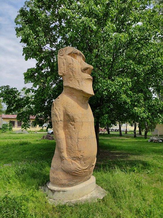 Výlet na Vyškovsko, kdy cílem byly Lysovice, Větrníky, Rostěnice a Bohdalice. Na snímku socha moai, Bohdalice.