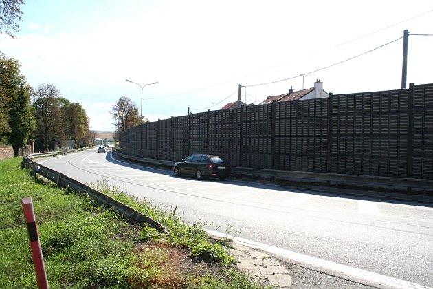 Stěna, která má chránit obyvatele slavkovské ulice Československého červeného kříže od hluku zmezinárodní silnice I/50, už je hotová. Dělníci teď vjejí blízkosti vysazují popínavé rostliny.