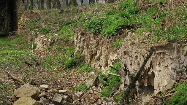 Poničená zámecká zeď ve Slavkově u Brna. Ilustrační foto.