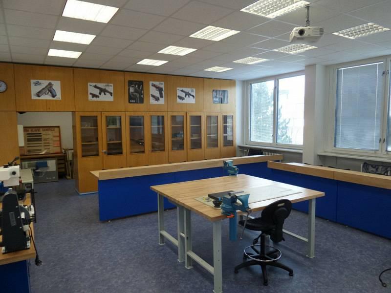 Teprve od října je ve Vojenské akademii Vyškov k dispozici nová moderní učebna pro zbrojíře.