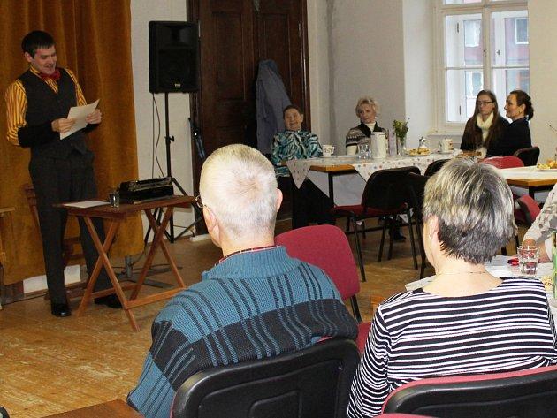 Už druhá Divadlení kavárna se v neděli konala v budově fary ve Slavkově u Brna.
