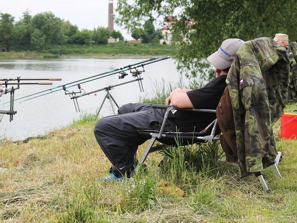 Letošních rybářských závodů ve Slavkově u Brna se zúčastnilo dvaadevadesát soutěžících. Největším úlovkem byl kapr o délce sedmapadesát centimetrů.