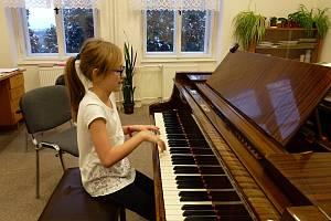 Zpívá, hraje na klavír a sportuje. Kyjovský basketbalový tým, za který Kateřina Jakabová z Nevojic hraje, se na konci letošního května kvalifikoval do celostátní ligy. Na prvním místě ale talentovaná dívka stále má, jak sama tvrdí, školu.