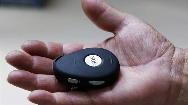 SOS tlačítko využívají především důchodci. Jednu z variant nosí na krku jako přívěsek. Ilustrační foto.