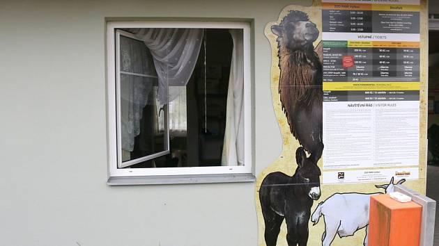 Vloupal se do Zoo Parku a odnesl si téměř čtrnáct tisíc korun