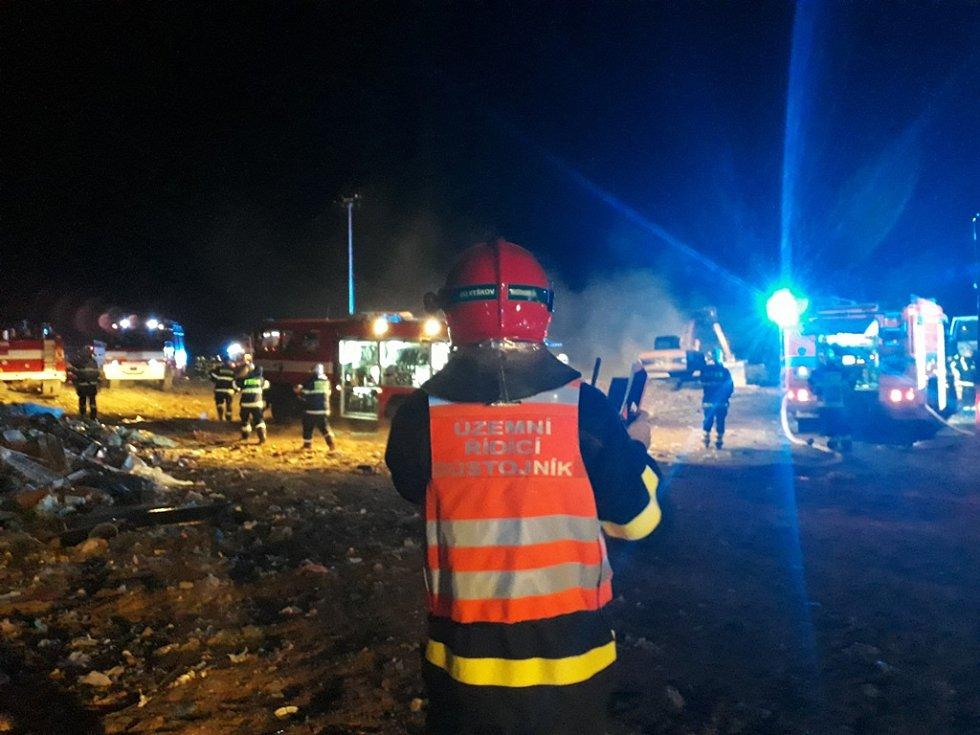 Při požáru skládky v Kozlanech zasahovalo několik desítek hasičských jednotek.
