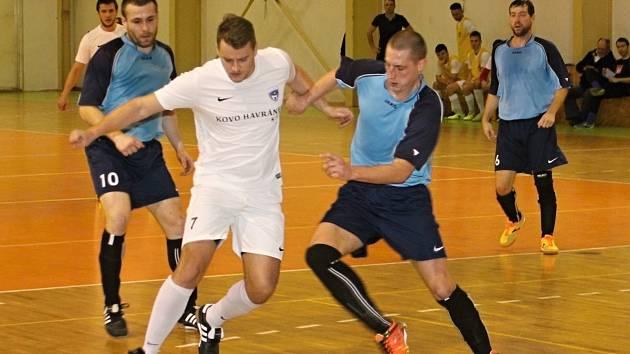 V prvním letošním kole jihomoravské futsalové divize zvítězil FC Kloboučky (v bílých dresech) v Brně nad Nasanem vysoko 10:3.