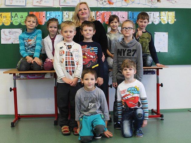 Žáci první třídy ze ZŠ Moravské Málkovice spaní učitelkou Ivou Jenerálovou.