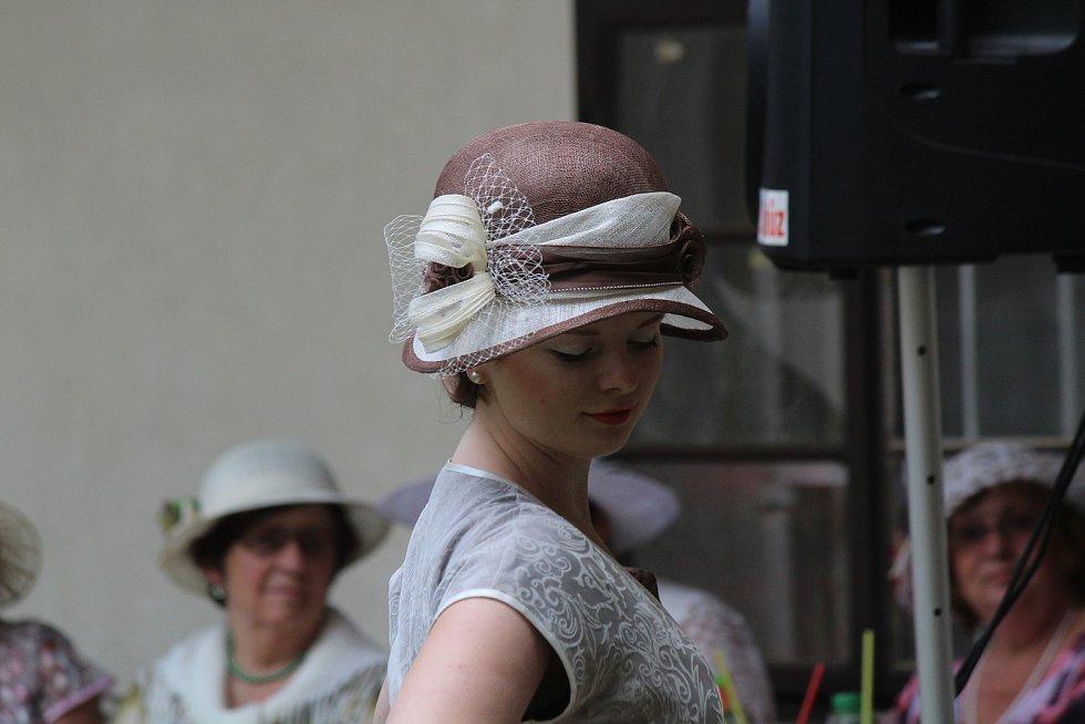 První republika na zámku. Bučovičtí uspořádali kloboukové odpoledne ve stylu dvacátých a třicátých let.