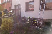 U hořícího domu zasahuje pět jednotek hasičů, tři lidé se nadýchali kouře.