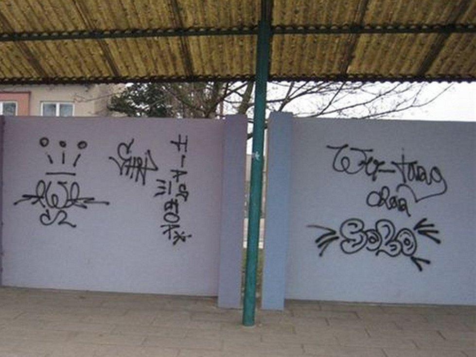 Graffiti je zase na každém rohu. Autobusové nádraží ve Slavkově u Brna.