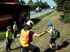 Na dálnici D1 zastavil autobus s dětmi, kterému hořel motor.