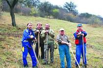 Bez obětavosti dobrovolníků by také Šévy za čas pohltily náletové dřeviny. Snímek je z letošního října.
