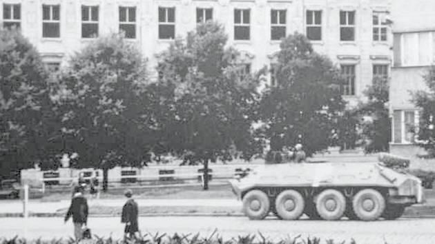 Tank před základní školou v Nádražní ulici ve Vyškově. To je jen jedna z mnoha fotografií dokumentující událostmi nabitý rok 1968.