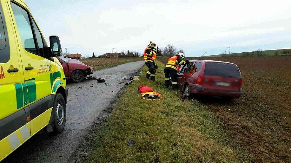 Čelní srážka v Bučovicích: záchranka převezla do nemocnice dva zraněné