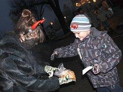 Ivanovice na Hané v sobotu žily adventem. Ráno město ovládly trhy, odpoledne divadlo pro děti a Čertovské hry. Zlatým hřebem bylo rozvícení vánočního stromu.