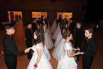 Na tradičním plesu vystoupili žáci osmého a devátého ročníku.