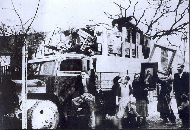 Několik dobových fotografií zachycuje vystěhování obyvatel Rychtářova, kteří museli opustit své domovy v roce 1941. Snímek vpravo dole ilustruje, jak vypadaly budovy po návratu vystěhovalců v roce 1945.