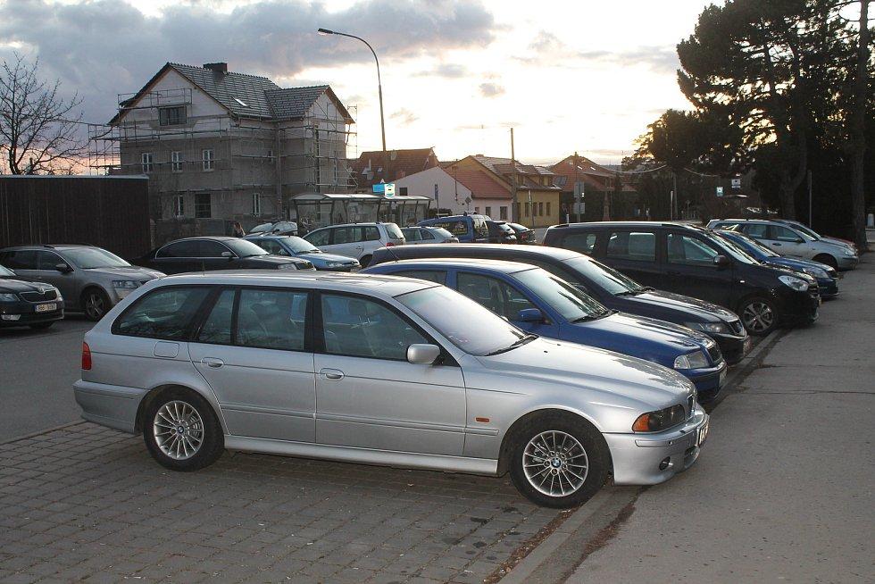 Na parkovišti před nemocnicí mají vzniknout desítky parkovacích míst. Projekt je však teprve v počáteční fázi.