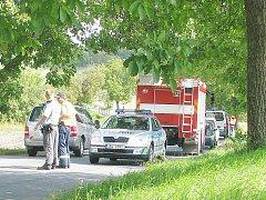 MÍSTO NEŠTĚSTÍ. Policisté a hasiči na místě tragické nehody u Vážan na Litavou. Policie na místě zakázala fotografovat havarovaný vůz a jeho okolí.