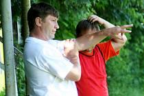 OTEC A SYN. Jedno jméno je pod postupem fotbalistů Dražovic do I.A třídy napsáno dvakrát. František Jakeš starší (vlevo) se podílel jako trenér, syn František přispíval výkony na hřišti a nastřílenými góly.