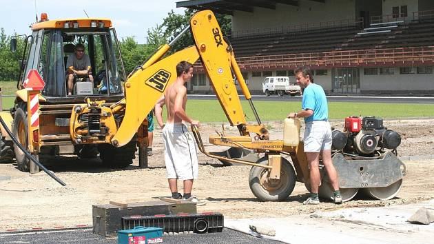 Práce na opravě tribuny vyškovského stadionu