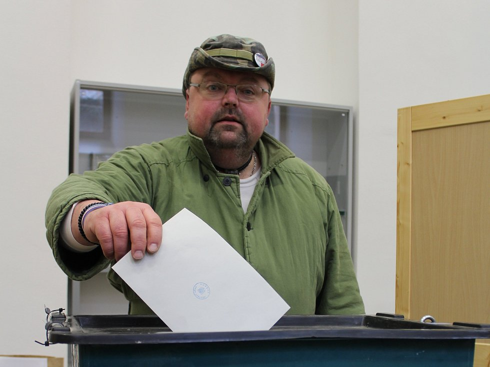 K desáté hodině dopoledne byla volební účast na Vyškovsku 49,97 procenta. Druhou nejnižší účast z pěti měst regionu hlásil Vyškov, kde k urnám přišlo 49 procent voličů. Málo jich v sobotu ráno dorazilo podle členů komisí třeba do Knihovny Karla Dvoráčka (