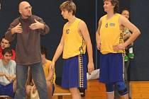 Richard Beránek (na snímku vlevo) dává v timeoutu svým hráčům užitečné rady. Často je připomínkuje z okraje hrací plochy i během samotného utkání.