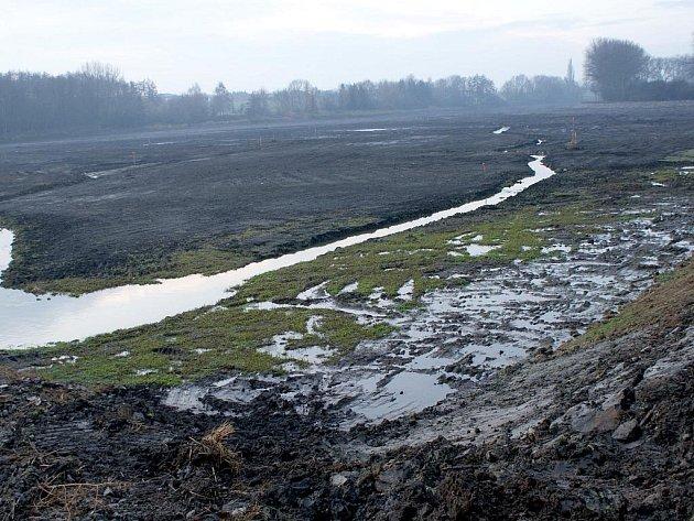 Těžká technika už z vyškovského rybníku Kačence vyvezla šestašedesát tisíc kubíků zeminy.