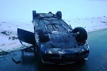 U Rašovic se auto převrátilo na střechu.