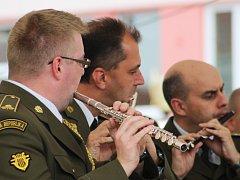 Orchestr Ústřední vojenská hudba Armády České republiky zahrál ve čtvrtek pod širým nebem Vyškovanům. Spolu s významnými hosty.