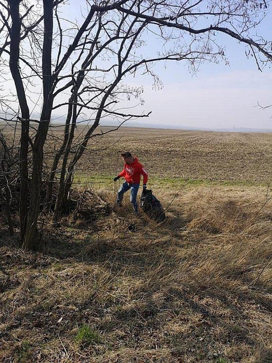 Do úklidu Slavkova se zapojila více než stovka lidí.