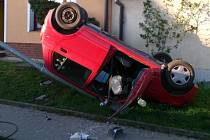 Dvaadvacetiletý řidič projížděl levotočivou zatáčkou, nezvládl řízení a u jednoho z rodinných domů se převrátil na střechu. O dům se otřel, poškodil sloup veřejného osvětlení.