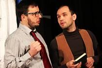 S poměrně velkou dávkou nadsázky zobrazuje hra Kuřačky a spasitelky autorky Anny Saavedry, kterou nastudovali vyškovští divadelníci, současné mezilidské vztahy.