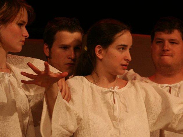Zkoušky v plném proudu. Necelých čtrnáct dní ještě zbývá do premiéry představení vyškovského Divadla Haná s názvem INRI.