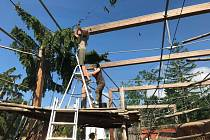 Následky bouře o víkendu odklízeli zaměstnanci zoo i s pomocí dobrovolníků.