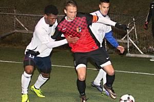 V přátelském utkání v rámci zimní přípravy na umělé trávě ve Vyškově porazil domácí MFK (v bílém) fotbalisty 1. SK Prostějov 3:2.