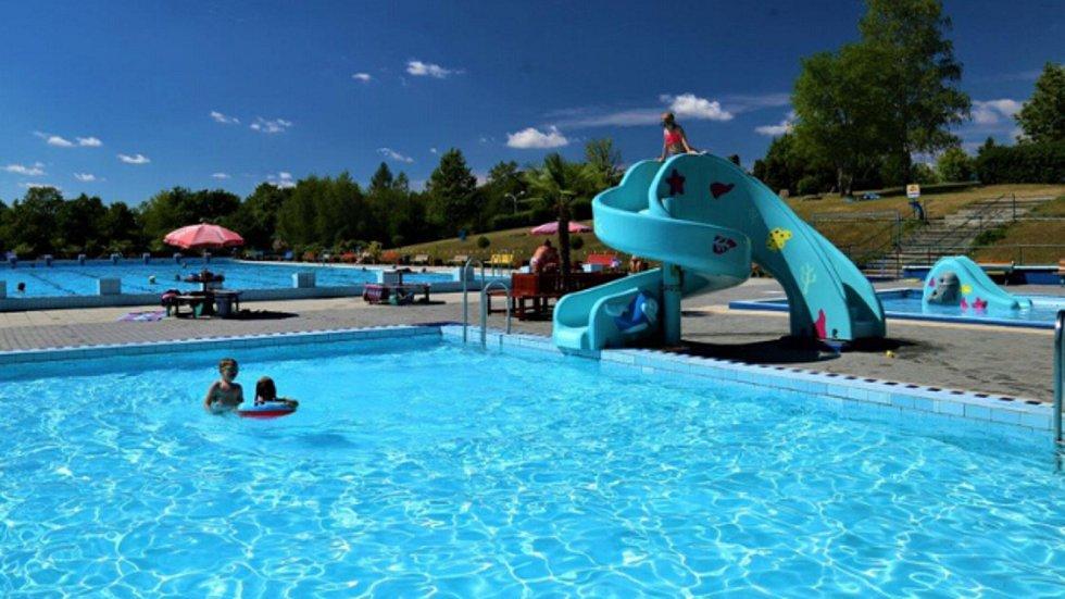 V posledních třech letech mířily investice zejména do vybavení koupaliště dětskými atrakcemi. V malých bazénech je minitobogán, klouzačka a chrlič.