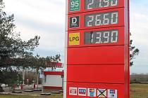 Cena ropy klesla, řidiči ve Vyškově to prý ale moc nepocítili. Pumpaři prý drží krok s konkurencí. Shodné ceny podle odborníků nejsou kartelem.