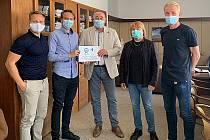Zástupci Městského fotbalového klubu Vyškov předali výtěžek sbírky pro potřeby nemocnice.